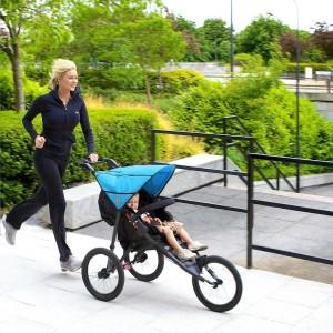 Jogger Kinderwagen zum Laufen von Out n About_Frau mit Kind
