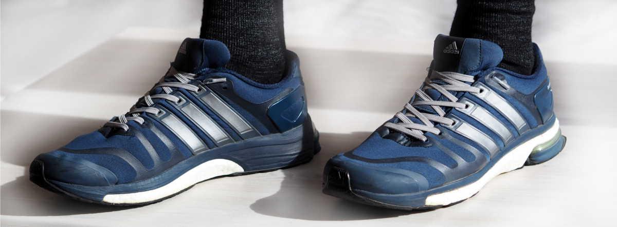 Blaue Laufschuhe von Adidas ohne Schleife mit elastischen Schnürsenkeln