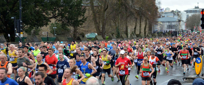 Marathon Lauf mit vielen Läufern in bunten Sportklamotten