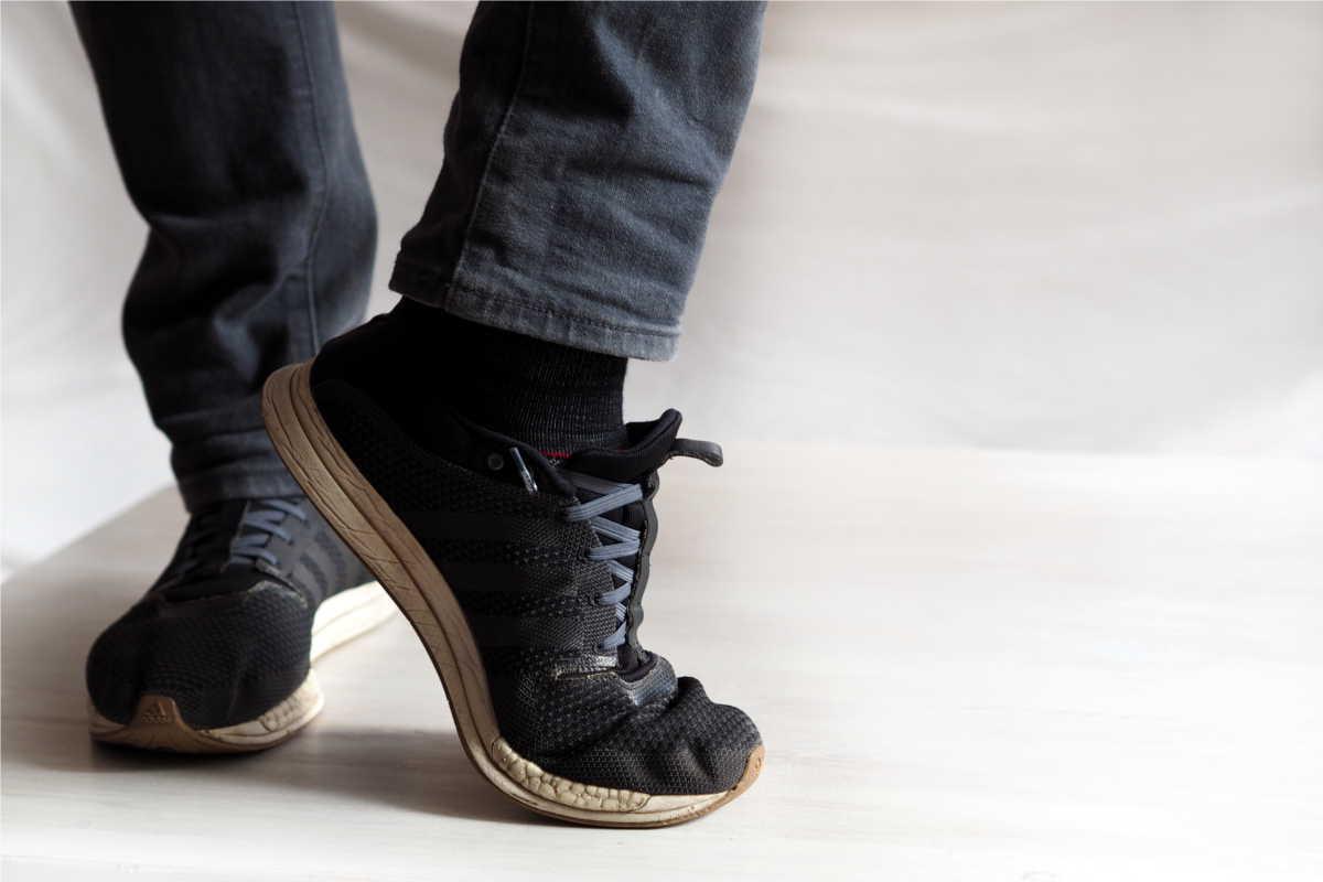 Sneaker zum Slipper umgewandelt