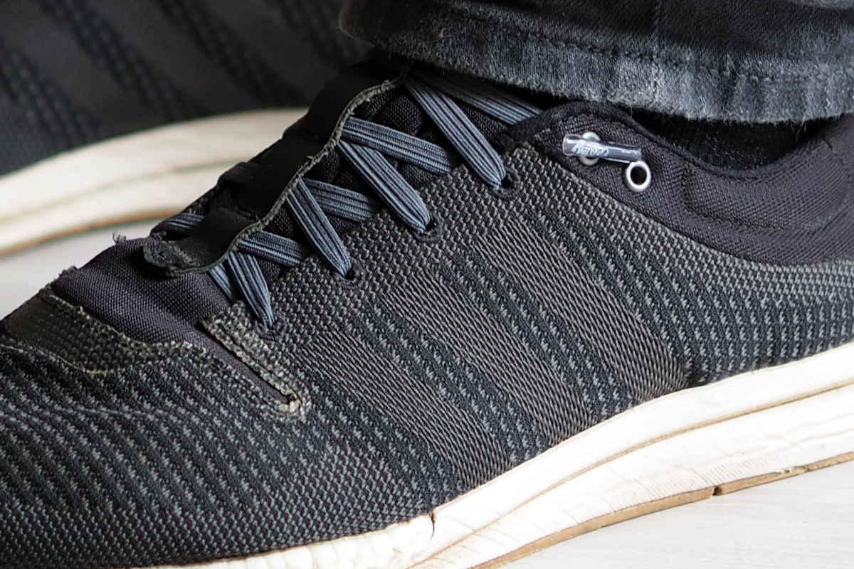 Nahaufnahme eines Sneakers mit Schnürsenkeln, die man nicht binden muss