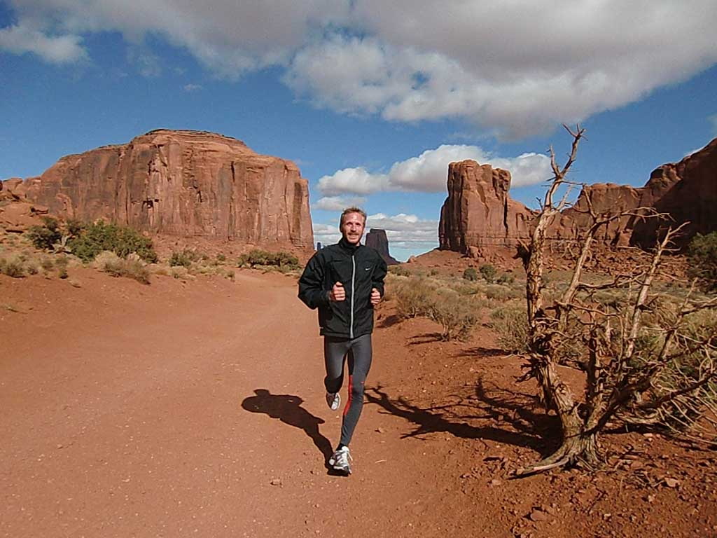 Jan Fitschen läuft in der NAtur des Monument Valley in den USA
