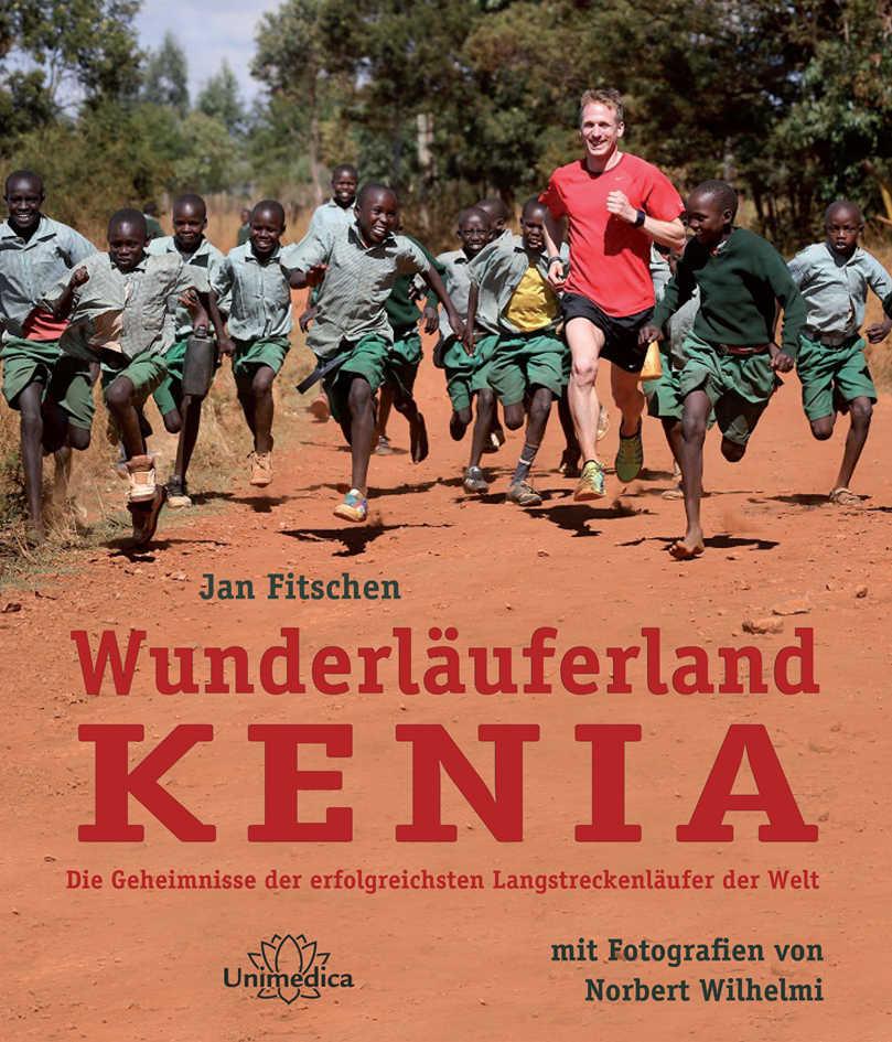 Autor Jan Fitschen auf seinem Buch Wunderläuferland Kenia mit vielen laufenden afrikanischen Kindern