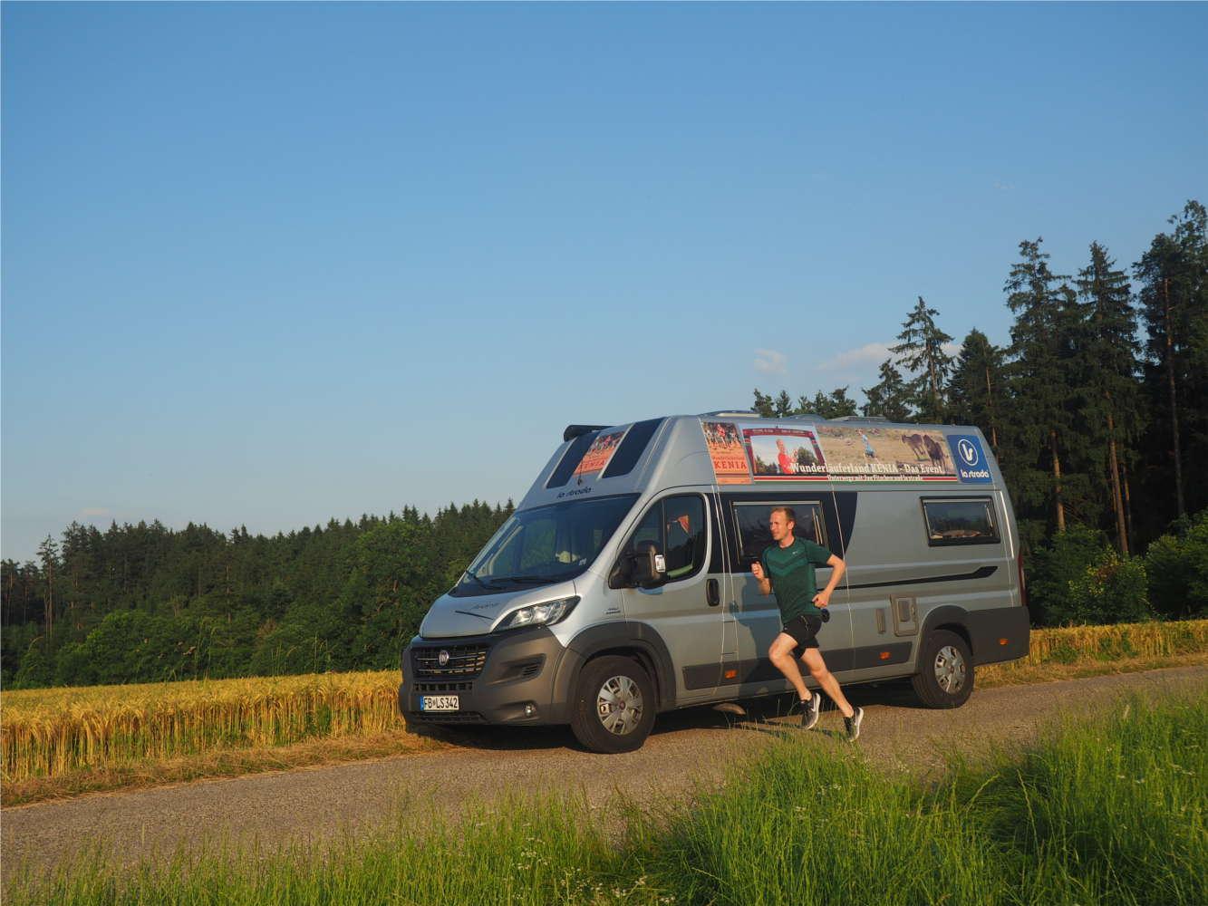 Jan Fitschen vor seinem Wohnmobil in der Natur