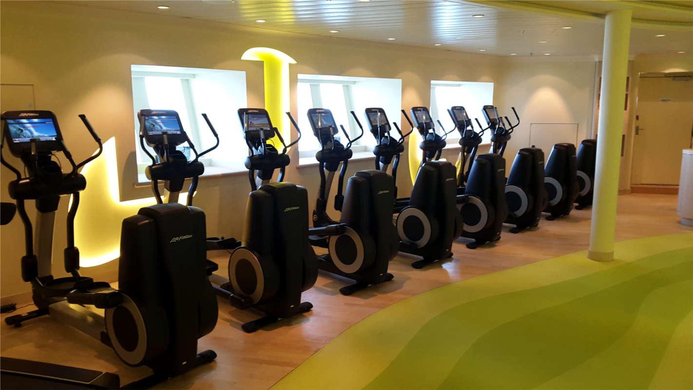 AIDAprima Fitnessstudio mit Crosstrainern