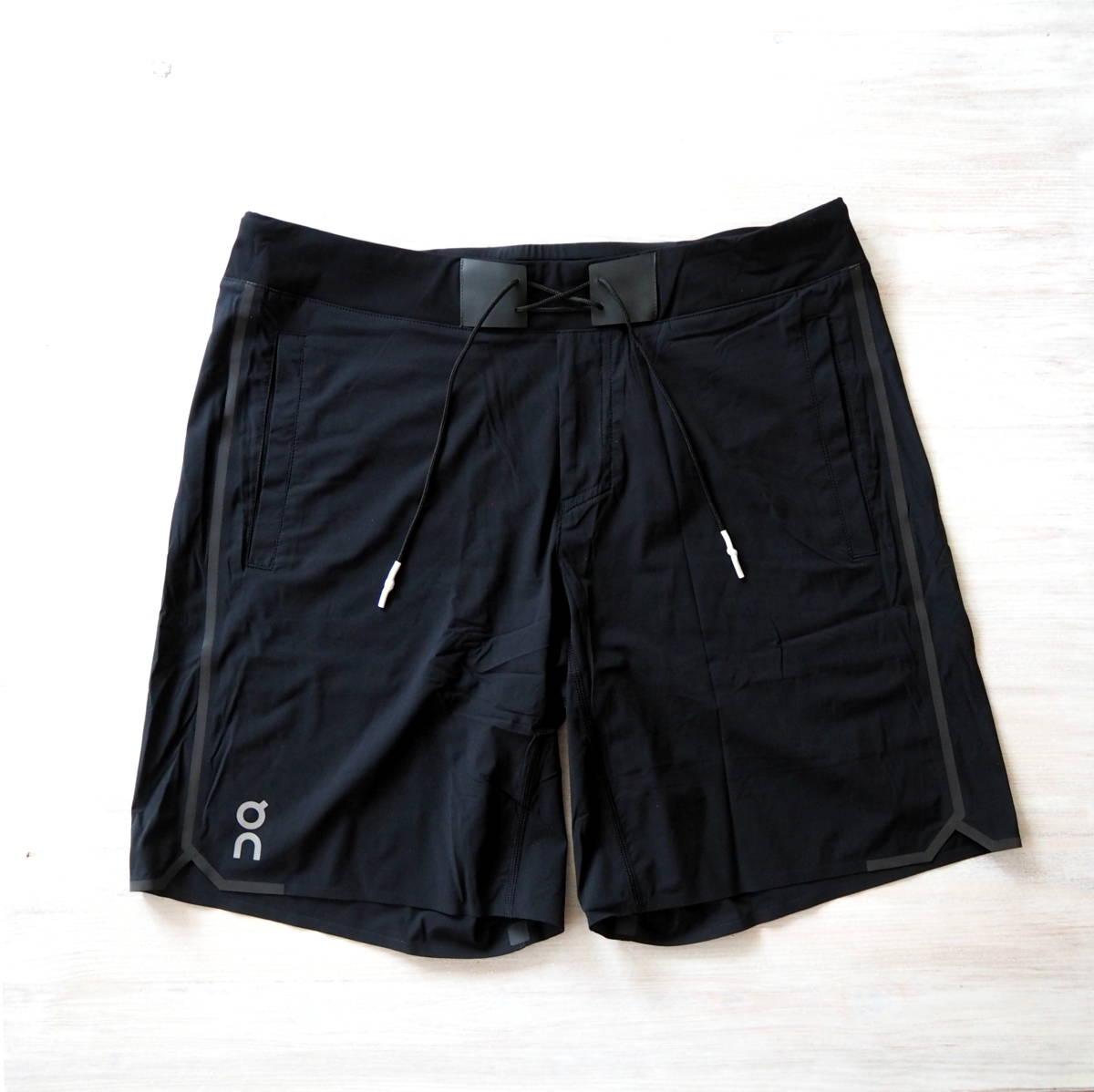 On Hybrid Laufshorts in schwarz mit vielen praktischen Taschen, Schnürung, breitem Bund und Innentight