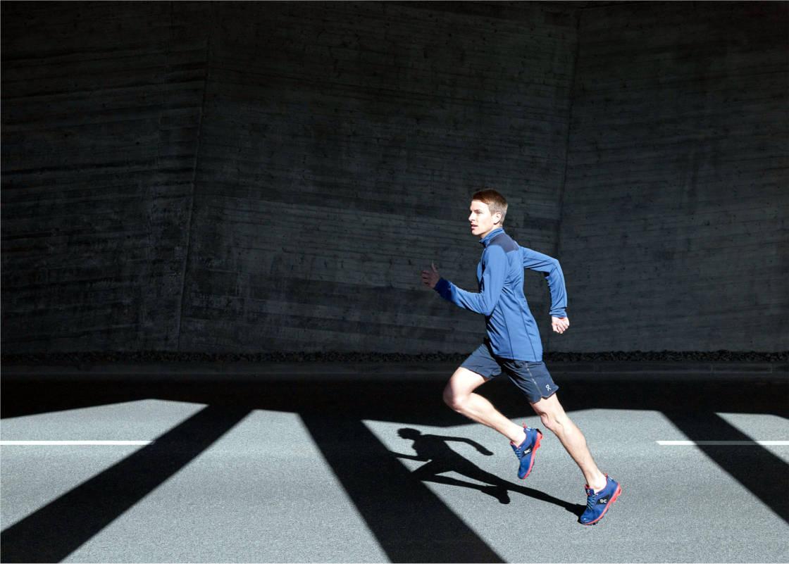 Mann läuft in Laufbekleidung von On