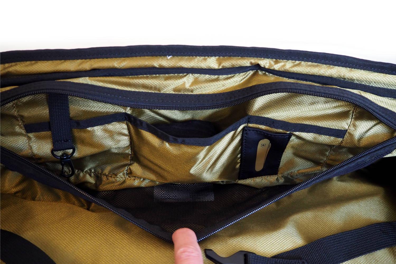 Praktische Reißverschluss Taschen in der Reisetasche für mehr Ordnung