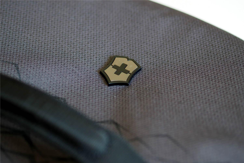Edeles Victorinox Logo aus Metall auf Reisetasche