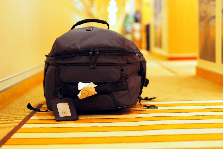 Reisetasche in Hotelflur