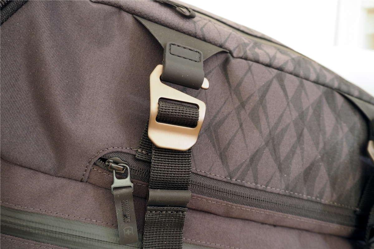 Kompressionsgurte am Rucksack mit Metall Haken