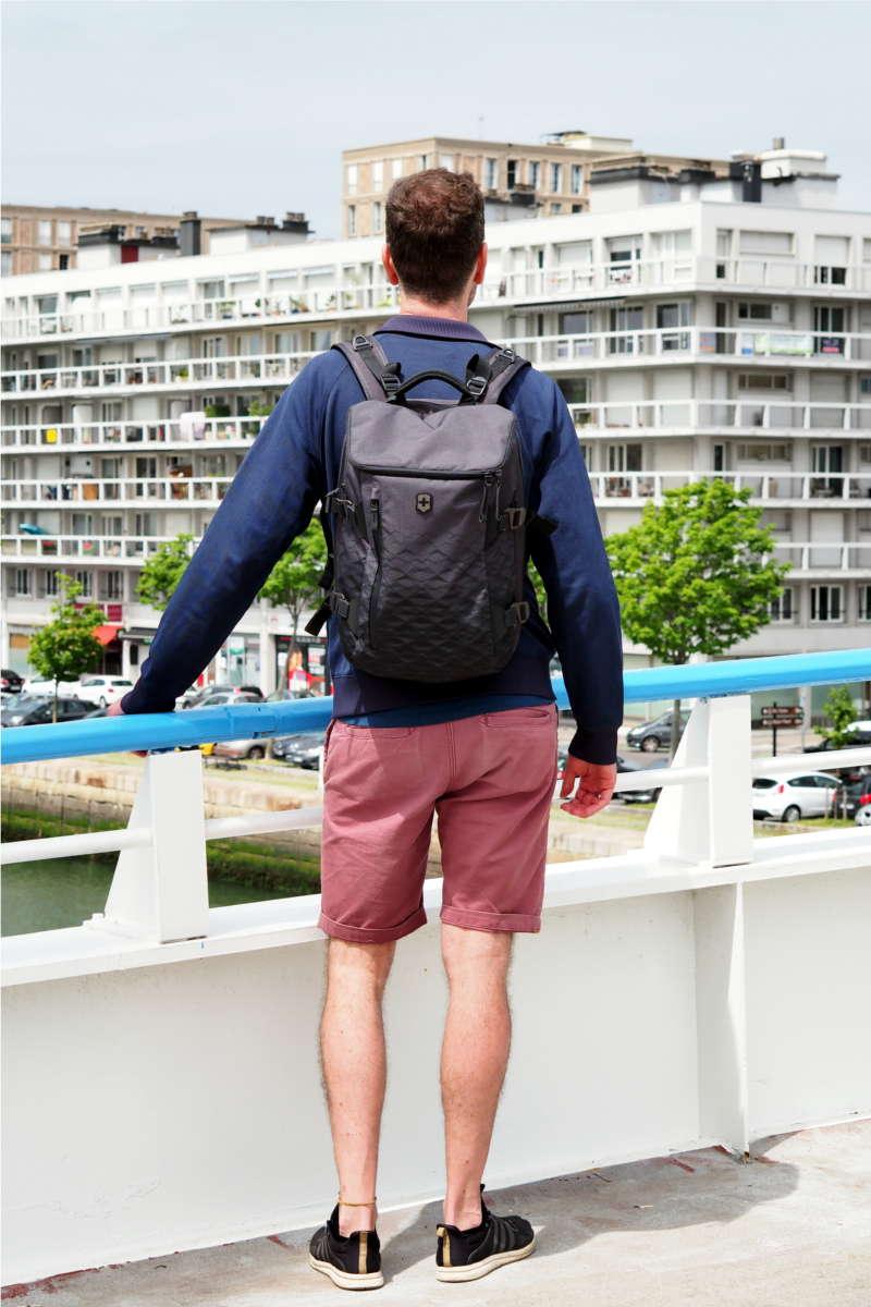 Mann mit Rucksack vor Skyline von Le Havre