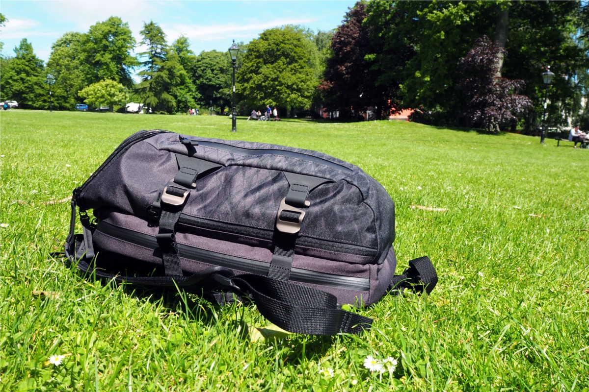 Victorinox Rucksack auf grüner Wiese in englischem Park