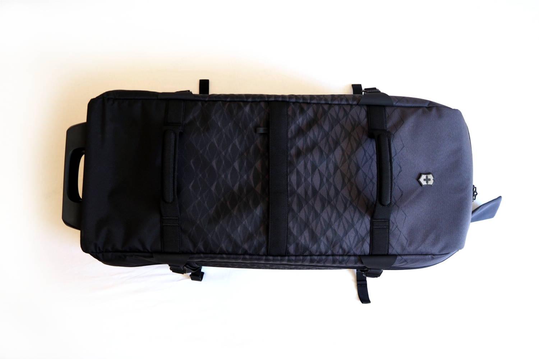 Die Reisetasche von oben mit zwei großen Trageschlaufen