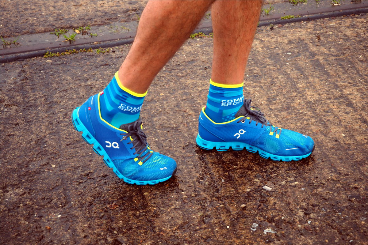 On Cloud X in Blues Water mit passenden Compressport Laufsocken in blau