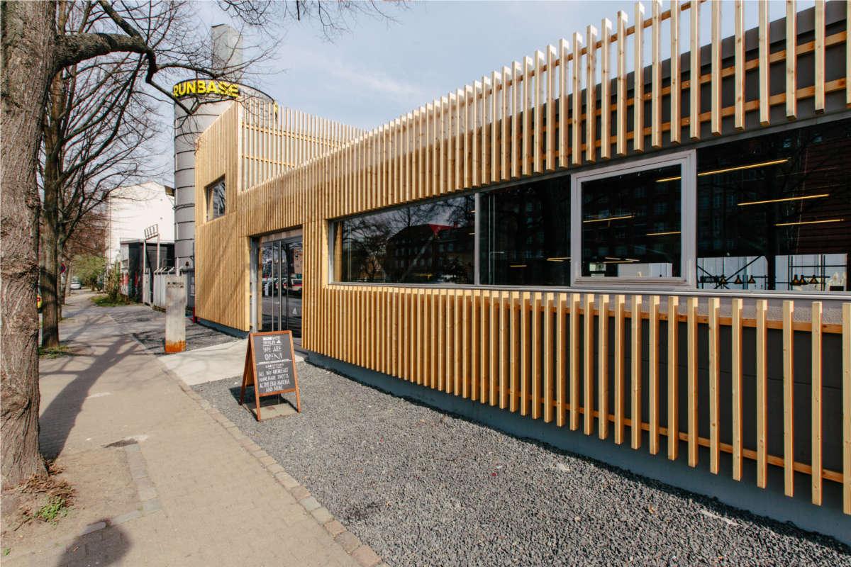 Adidas Runbase in Berlin - Aussenansicht mit Holzverkleidung