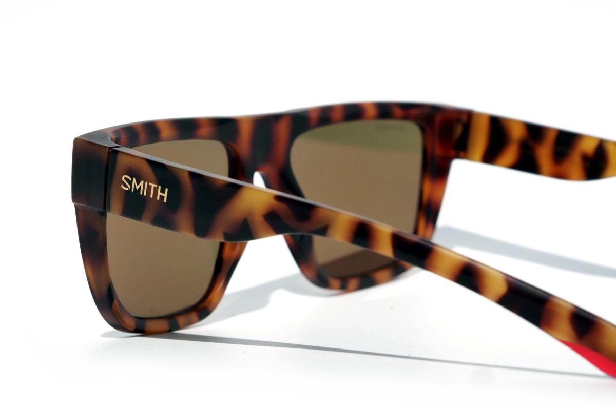 Moderne Sonnenbrille mit urbanem Look für Sport nutzen